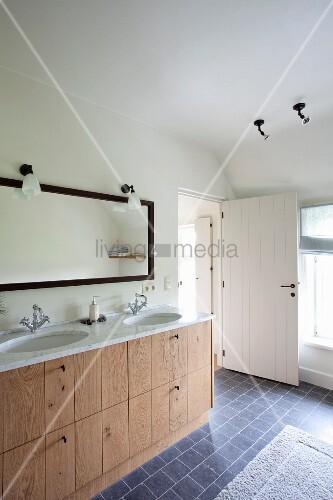 doppelter waschtisch mit holzfronten und marmorplatte im. Black Bedroom Furniture Sets. Home Design Ideas
