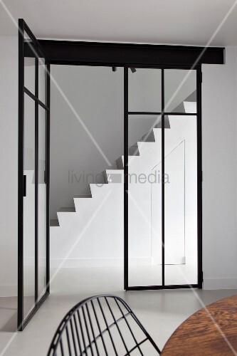 Blick durch glastür mit stahlelement in minimalistisches ...