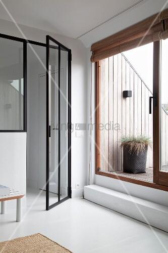 blick auf dachterrasse seitlich halboffene glast r mit schwarzem metallrahmen bild kaufen. Black Bedroom Furniture Sets. Home Design Ideas