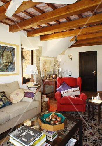 traditionelles wohnzimmer in natursteinhaus mit offener holzdachkonstruktion boccia kugeln auf. Black Bedroom Furniture Sets. Home Design Ideas
