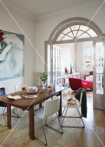 holztisch und moderne stühle mit sitzschalen vor offener flügeltür, Wohnzimmer dekoo