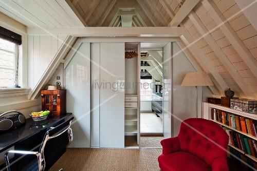 sessel vor b cherregal und schreibtisch mit drehstuhlklassiker in dachzimmer schiebet r zu. Black Bedroom Furniture Sets. Home Design Ideas