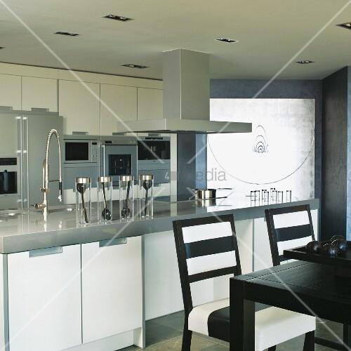 theke mit sp le und herd in moderner offener einbauk che essplatz mit schwarzweiss gestreiften. Black Bedroom Furniture Sets. Home Design Ideas