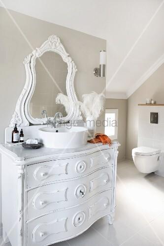 vintage kommode mit rundem modernem aufbaubecken und geschnitztem spiegelaufsatz weiss lackiert. Black Bedroom Furniture Sets. Home Design Ideas