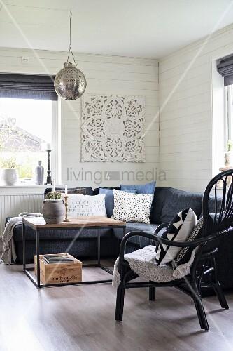 eckcouch und rattansessel um modernen couchtisch in. Black Bedroom Furniture Sets. Home Design Ideas