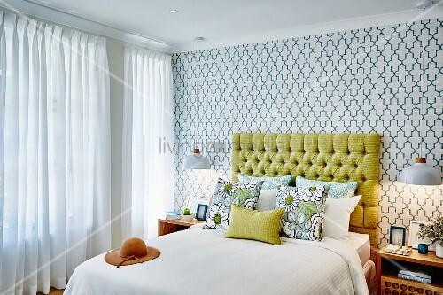 schlafzimmer mit doppelbett gelbem polster kopfteil und. Black Bedroom Furniture Sets. Home Design Ideas