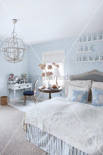 Romantisches schlafzimmer in hellblau und weiß mit