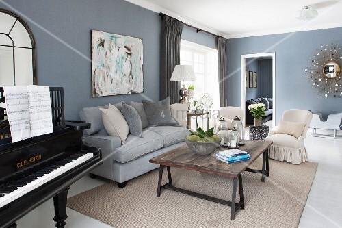 wohnzimmer mit schwarzem klavier und loungebereich bild kaufen living4media. Black Bedroom Furniture Sets. Home Design Ideas