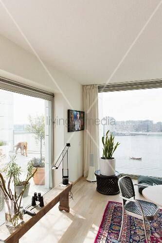 rustikale holzbank vor raumhohem terrassenfenster im. Black Bedroom Furniture Sets. Home Design Ideas