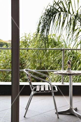 blick auf balkon mit stuhl aus metall und holzleisten mit. Black Bedroom Furniture Sets. Home Design Ideas