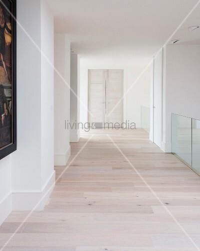 weiss lasierter dielenboden in gangflucht mit fl gelt r auf der oberen etage eines. Black Bedroom Furniture Sets. Home Design Ideas
