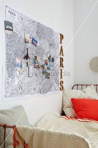 stadtplan von paris mit reise andenken ber das bett bild kaufen living4media. Black Bedroom Furniture Sets. Home Design Ideas