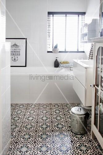 wei es bad mit ornamentfliesen in marokkanischem stil bild kaufen living4media. Black Bedroom Furniture Sets. Home Design Ideas