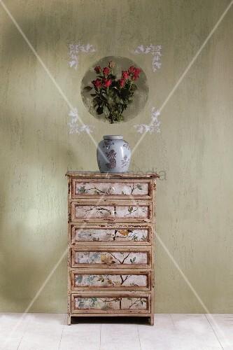 vintage schubladenkommode mit tapete verzierter. Black Bedroom Furniture Sets. Home Design Ideas