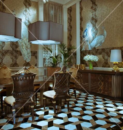 antike st hle um tisch unter pendelleuchten in elegantem. Black Bedroom Furniture Sets. Home Design Ideas