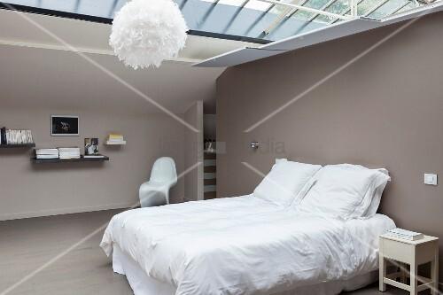 Minimalistisches Schlafzimmer im Dachgeschoss mit Glasdach und ...