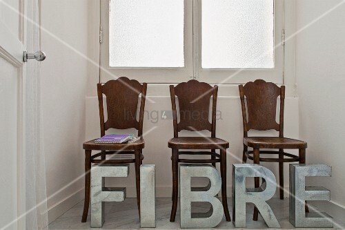 drei alte holzst hle in einer fensternische davor. Black Bedroom Furniture Sets. Home Design Ideas