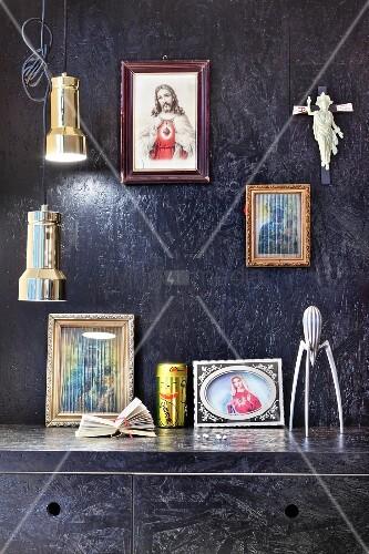 schwarz gestrichene osb platten an wand und k chenschr nken ikonenbilder und pendelleuchten. Black Bedroom Furniture Sets. Home Design Ideas