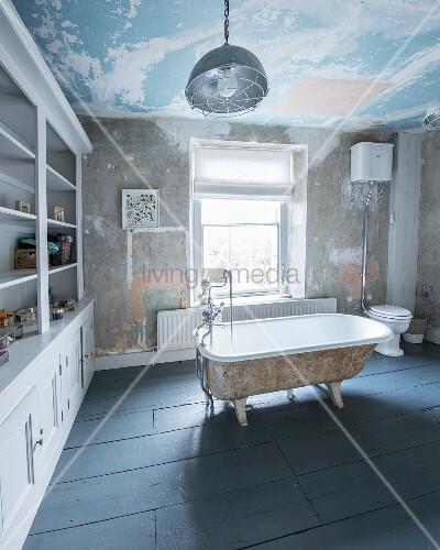 freistehende vintage badewanne in wohnbad mit regalwand und patina an wand und decke bild. Black Bedroom Furniture Sets. Home Design Ideas