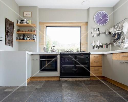 Steinboden Küche zeitgenössische küche in hellgrau mit umlaufender küchenzeile und