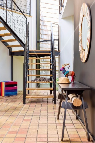 dunkler tisch an brauner wand in zeitgen ssischem. Black Bedroom Furniture Sets. Home Design Ideas