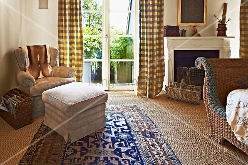 polsterhocker und sessel in schlafzimmerecke neben terrassent r mit bodenlangem vorhang bild. Black Bedroom Furniture Sets. Home Design Ideas