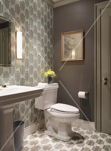 badezimmer mit toilette und gleichem geometrischem tapeten. Black Bedroom Furniture Sets. Home Design Ideas