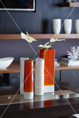 retro vasen in weiss und orangefarben mit anthurie bild. Black Bedroom Furniture Sets. Home Design Ideas