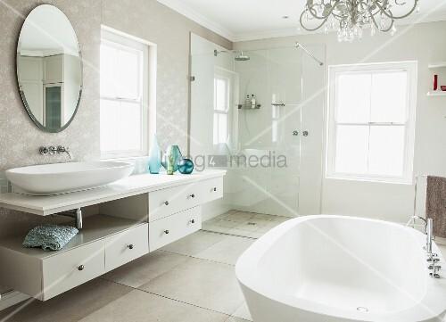 elegantes bad mit freistehender badewanne waschtischzeile und ovaler wandspiegel verglaste. Black Bedroom Furniture Sets. Home Design Ideas
