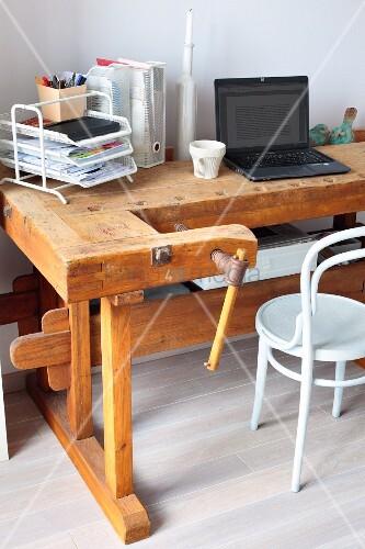 alter werkbank als vintage schreibtisch davor weisser. Black Bedroom Furniture Sets. Home Design Ideas