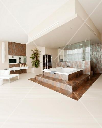 gro es wohnbad mit whirlpool auf einem podest mit fliesen in rost optik bild kaufen living4media. Black Bedroom Furniture Sets. Home Design Ideas