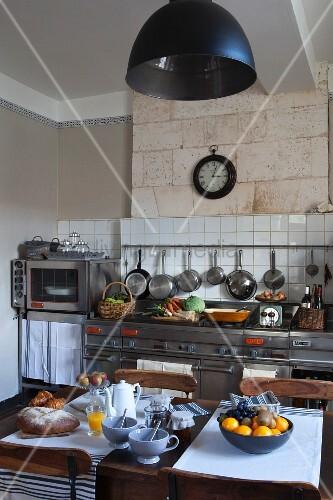 mediterrane k che mit modernen edelstahlger ten und einem gem tlich gedeckten fr hst ckstisch. Black Bedroom Furniture Sets. Home Design Ideas
