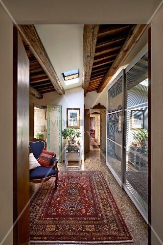 vorraum mit antiken sessel und orientteppich gegen ber moderner schrank mit schiebet ren im. Black Bedroom Furniture Sets. Home Design Ideas