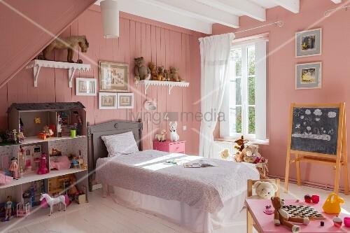 Nostalgisches Kinderzimmer | Nostalgisches Kinderzimmer Mit Rosafarbenen Wanden Einem Grossen