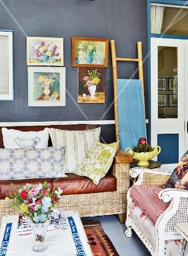 wohnzimmer mit vintage sitzm beln wand mit bildergalerie. Black Bedroom Furniture Sets. Home Design Ideas