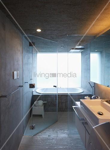 badezimmer in japanischem betonhaus mit wanne und. Black Bedroom Furniture Sets. Home Design Ideas