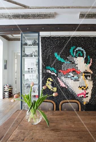 moderner quilt mit einem portrait ber einem esstisch aus holz bild kaufen living4media. Black Bedroom Furniture Sets. Home Design Ideas