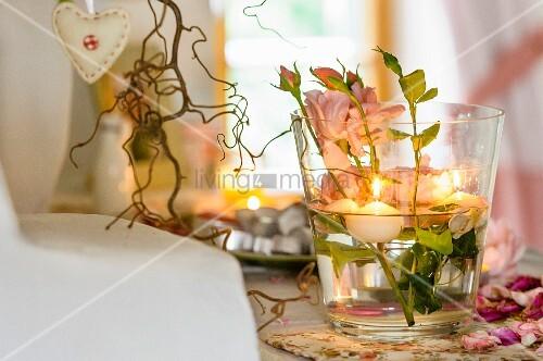 tischdeko im glas mit rosen und schwimmkerzen bild kaufen living4media. Black Bedroom Furniture Sets. Home Design Ideas