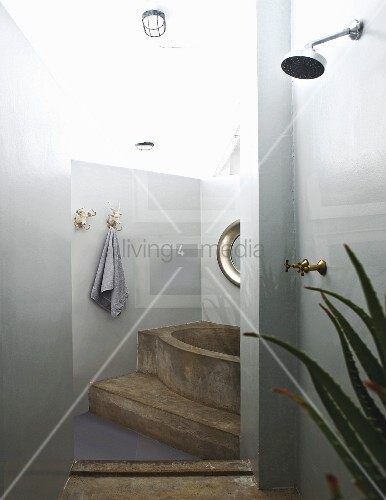 betonierte badewanne auf podest im vordergrund duschbereich bild kaufen living4media. Black Bedroom Furniture Sets. Home Design Ideas