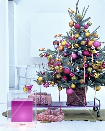 geschm ckter christbaum dekoriert mit goldenen paradiesv geln und kugeln in pink gold und. Black Bedroom Furniture Sets. Home Design Ideas