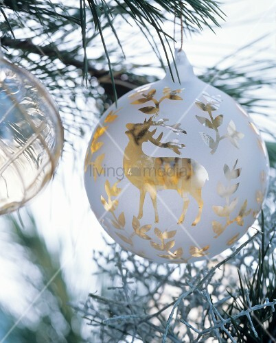 weisse christbaumkugel mit goldenem hirschmotiv bild. Black Bedroom Furniture Sets. Home Design Ideas