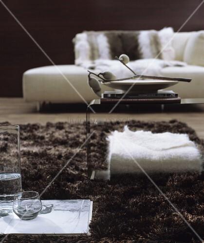 wohnzimmer in weissbraun mit modernem recamiere und