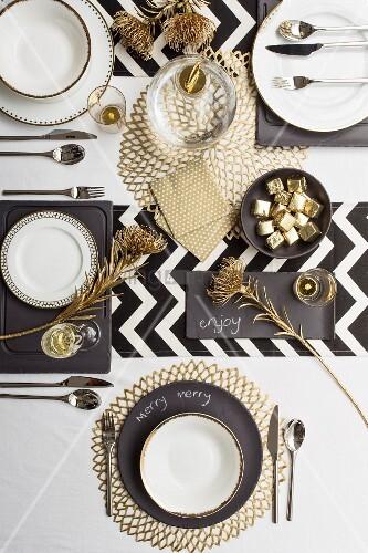 festlich gedeckter tisch in den farben schwarzweiss und. Black Bedroom Furniture Sets. Home Design Ideas