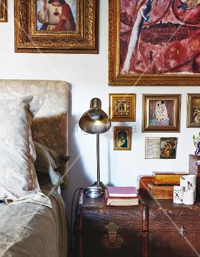 ein alter koffer als nachttisch gold gerahmte bilder und ikonen an der wand bild kaufen. Black Bedroom Furniture Sets. Home Design Ideas