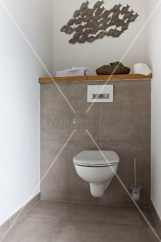Wanddekoration mit fischmotiven ber grau gefliester for Badezimmer wanddekoration