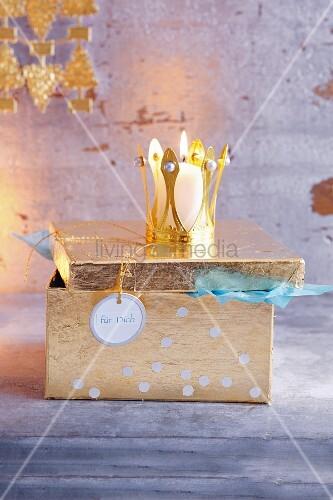 Goldenes Schatzkästchen als Geschenkverpackung