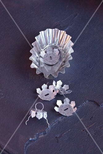 Weihnachtskugelaufhänger & Briocheförmchen als Bastelmaterial