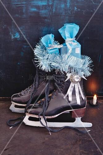 Nikolaus on Ice: Mit Geschenken befüllte Schlittschuhe
