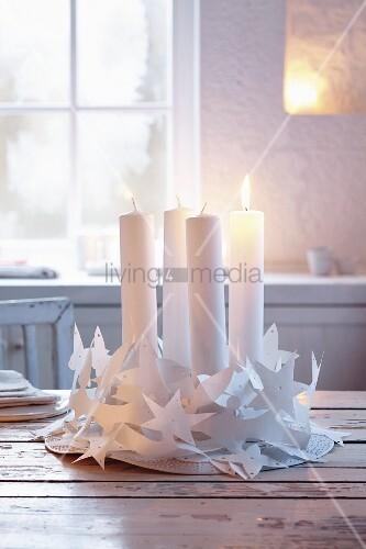 Weisser Adventskranz aus Papier-Girlanden