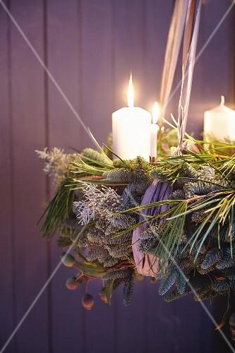 Adventskranz aus grünen Zweigen & Tanne mit weissen Stumpenkerzen
